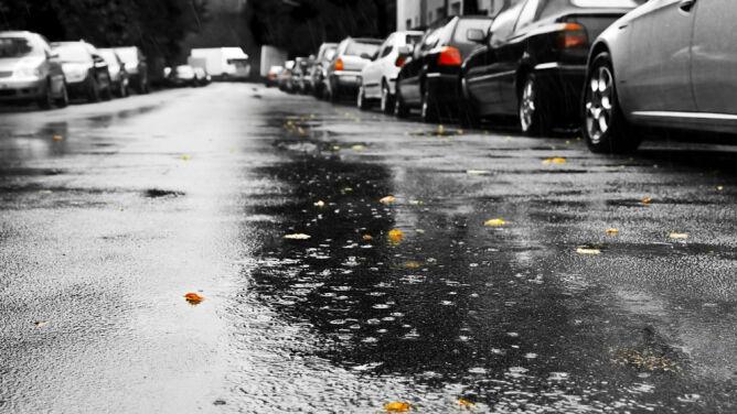 Deszcz i silny wiatr utrudnią jazdę