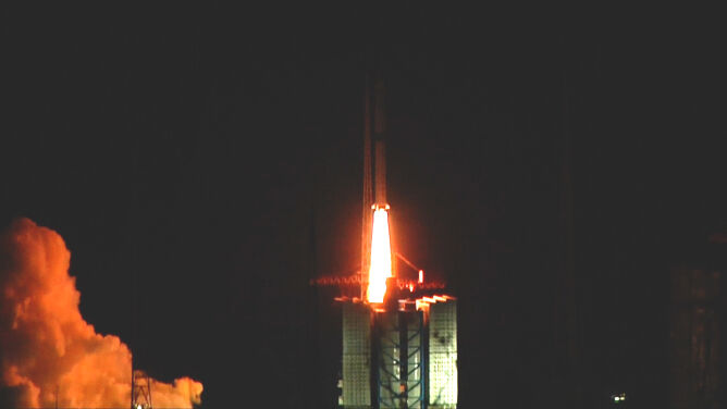 """Chiny chcą zbadać """"ciemną stronę Księżyca"""". Wystrzelony satelita to pierwszy krok"""