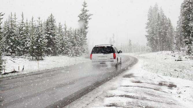 Śnieg i silniejszy wiatr będą utrudniać jazdę