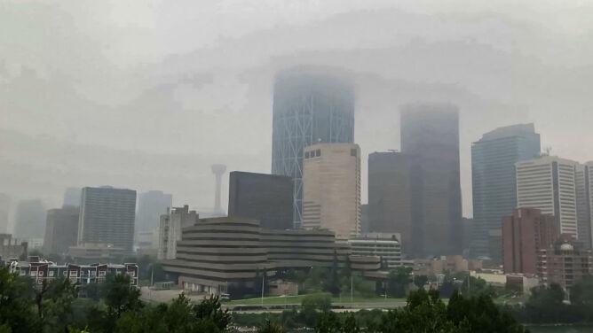 Szaro w Calgary. Tym, co zasnuło niebo nad miastem, nie są chmury